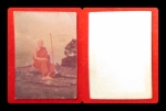 รูปถ่ายถือไม้เท้าอาจารย์ฝั้น อาจาโร วัดป่าอุดมสมพร ขนาดห้อยคอ ประมาณ ๑ นิ้ว ปี ๒
